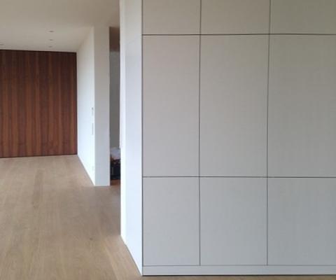 Küchenhochschränke exakt an der Wand angepasst