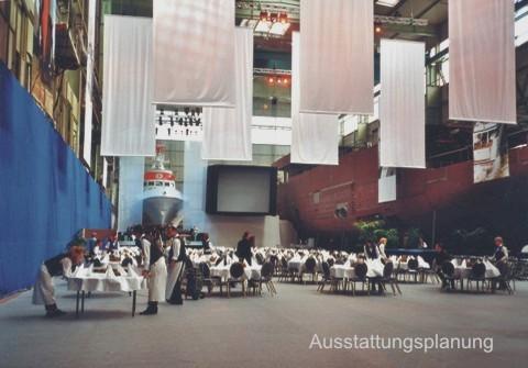 Werfthalle mit Hochsee-Rettungsbot und Privatyacht, die für ein Jubiläums-Event vorbereitet wird