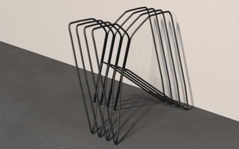 Der Tischbock aus Draht kann hintereinander gestapelt werden, um weniger Platz zu benötigen, wenn man ihn nicht braucht