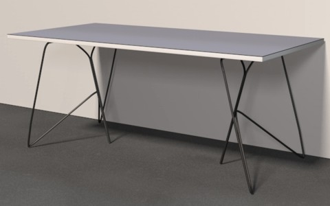 Abbildung eines Tisches, wie er mit zwei Tischböcken genutzt werden kann