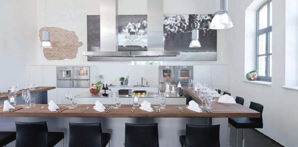 Bildausschnitt einer Showküche mit Zuschauerbar